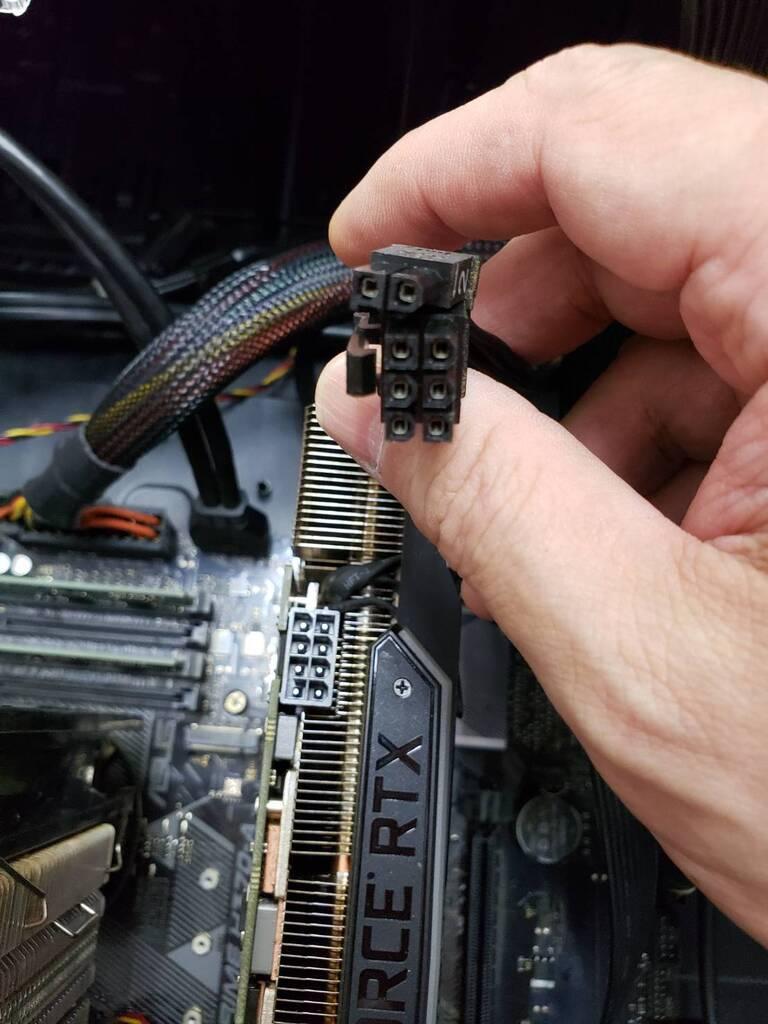 パソコンb内部のケーブルを外す作業です3