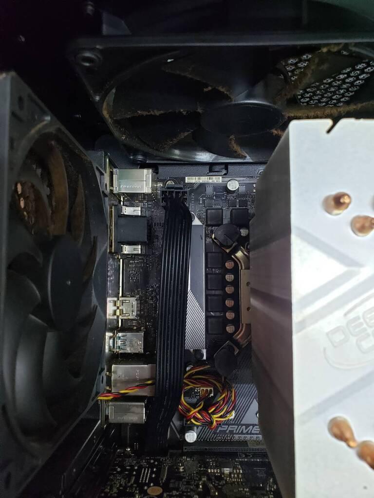 パソコンb内部のケーブルを外す作業です1