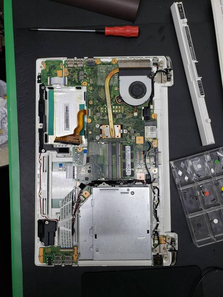 ノートPCHDDからSSD換装作業 診断方法:持ち込み修理 修理内容:ハードディスクからSSDの換装とメモリー追加の作業で 依頼主様:大阪市此花区 S様です 2